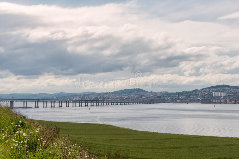Tay Bridge Accross Green Fields Dundee Scozia fotografia stock libera da diritti