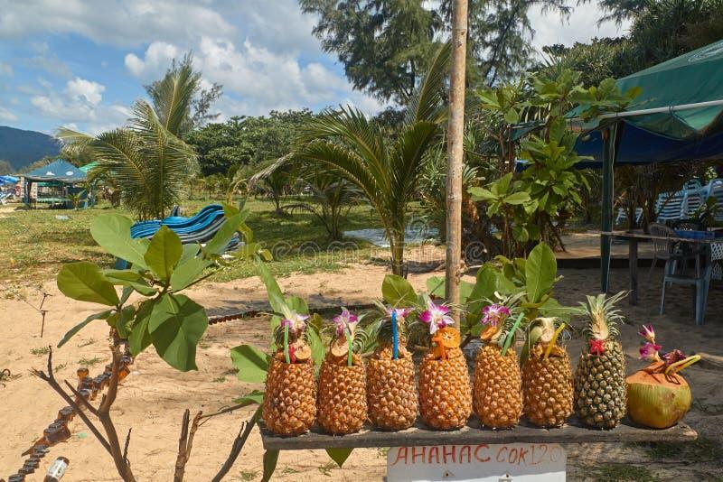 Tayland Touristes de prodayutsya d'Ananasy dans le café sur le rivage photos libres de droits