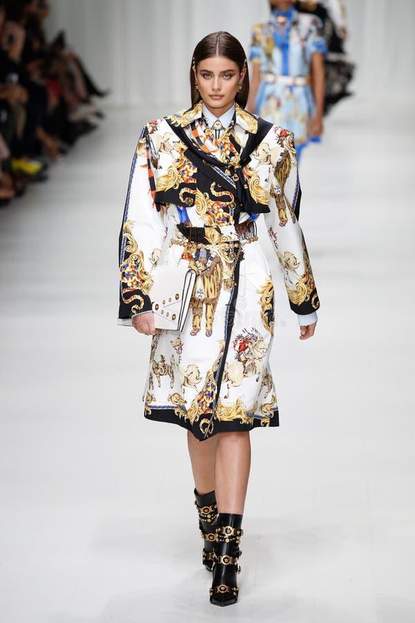 Taylor Hill går landningsbanan på den Versace showen under Milan Fashion Week Spring /Summer 2018 royaltyfri foto