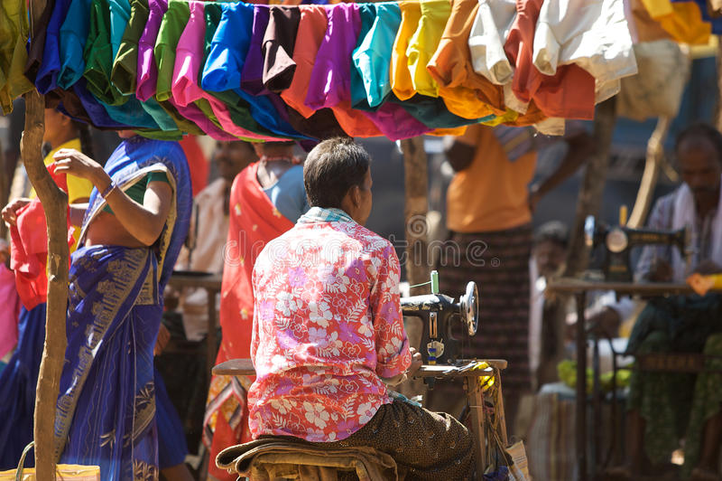 Taylor indiano no mercado tribal imagem de stock