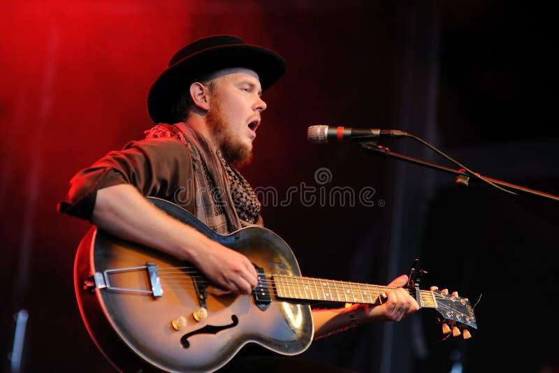 Taylor Kirk, ledningssångare och gitarrist av timmertimbren royaltyfria bilder