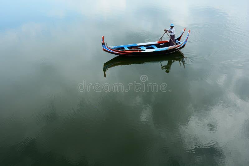 Tayngthaman湖的小船人 免版税库存图片