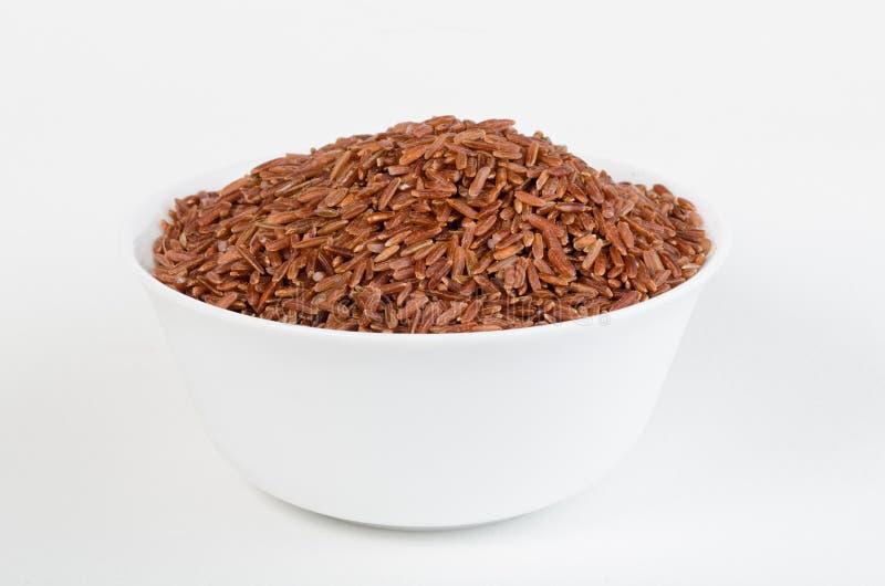 Tazón de fuente blanco de arroz moreno contra el fondo blanco fotos de archivo