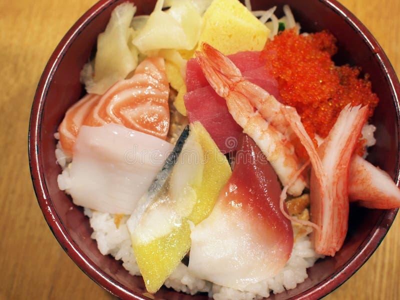 Tazón de fuente de arroz clasificado japonés del sashimi imagen de archivo