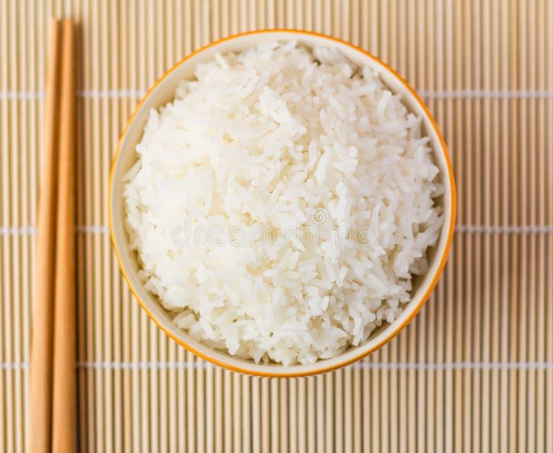 Tazón de fuente de arroz cocinado foto de archivo libre de regalías