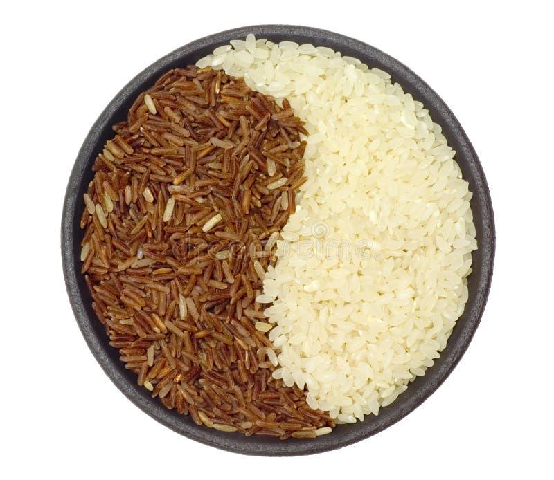 Tazón de fuente de arroz marrón y blanco fotos de archivo
