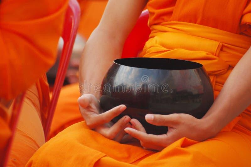 Tazón de fuente de las limosnas de Monkâs foto de archivo