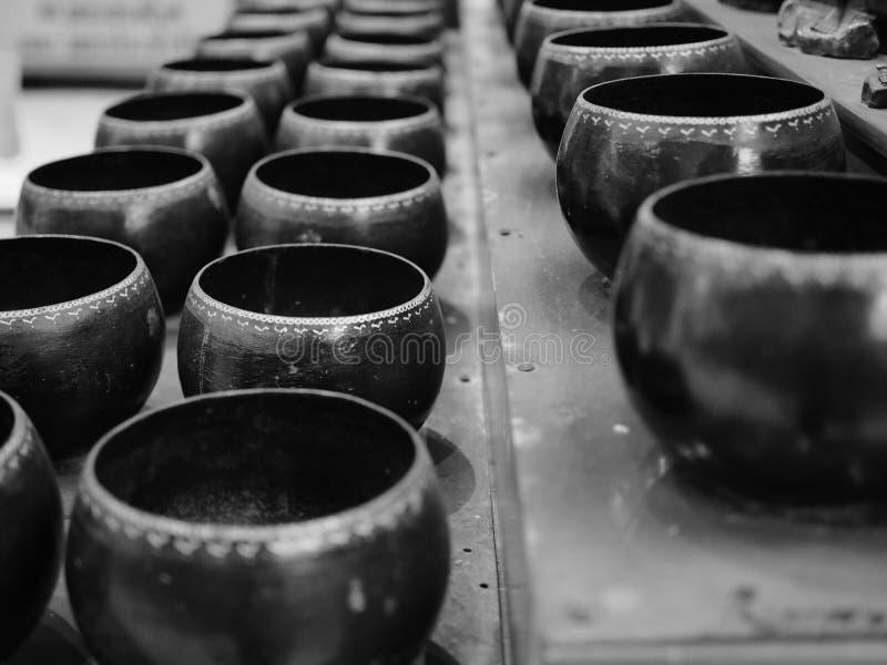 Tazón de fuente de las limosnas del monje imagen de archivo