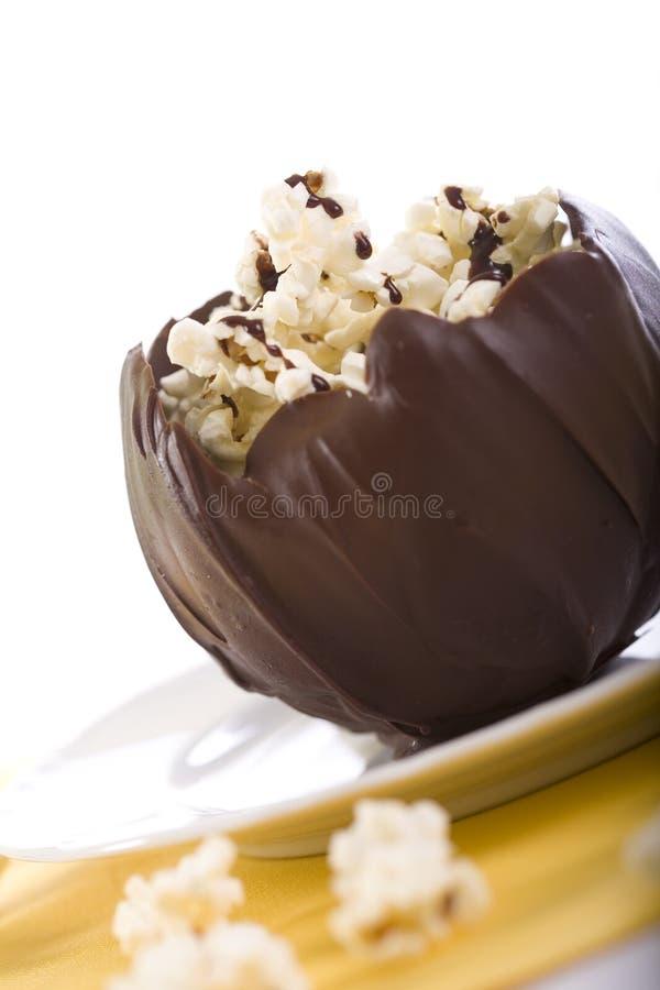 Tazón de fuente del chocolate de palomitas imagenes de archivo