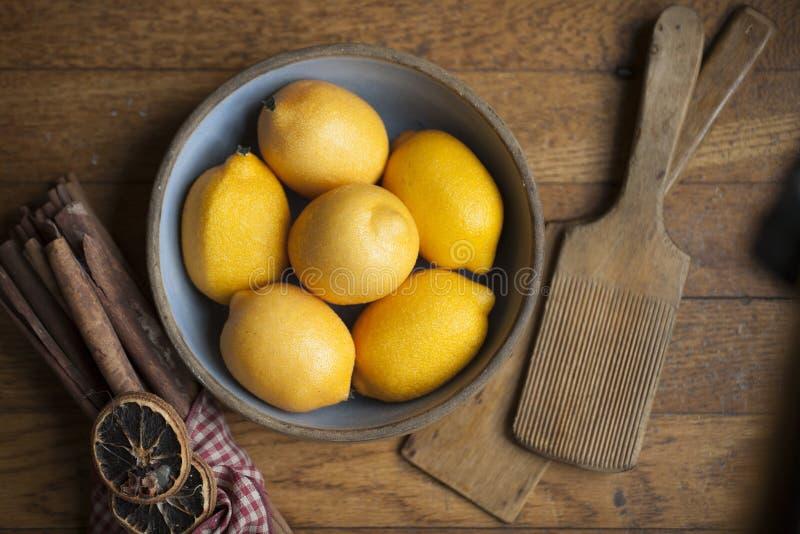 Tazón de fuente de limones fotos de archivo