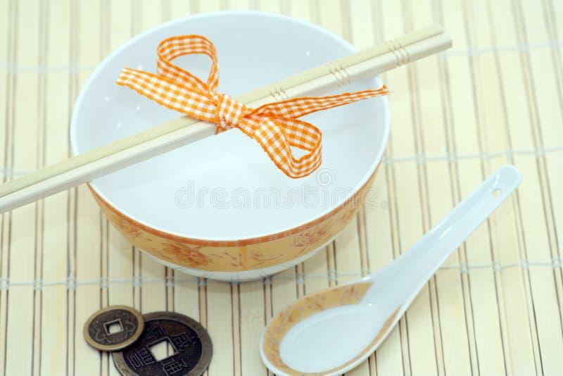 Tazón de fuente y cuchara chinos de sopa fotografía de archivo