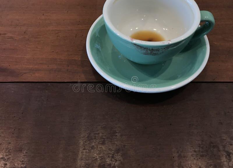 Taza acabada de café caliente con la marca roja del lápiz labial imagen de archivo libre de regalías