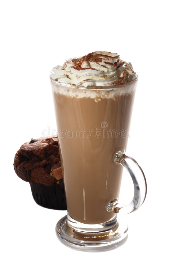 Taza alta de latte fresco del café y mollete aislado imagen de archivo libre de regalías