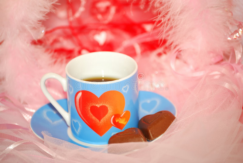 Taza azul de la tarjeta del día de San Valentín en el color de rosa fotos de archivo libres de regalías
