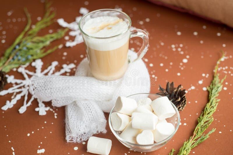Taza blanca con café caliente en la decoración de las ramas de árbol de navidad, de las bolas brillantes de la Navidad, del bastó imágenes de archivo libres de regalías