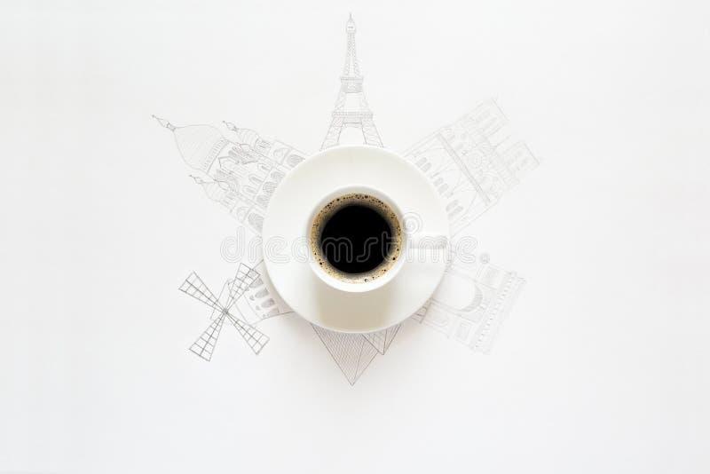 Taza blanca de bosquejos del café y de las atracciones de París alrededor foto de archivo