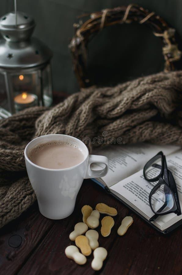 Taza blanca de cacao en una tabla de madera vieja con un b entretenido foto de archivo libre de regalías
