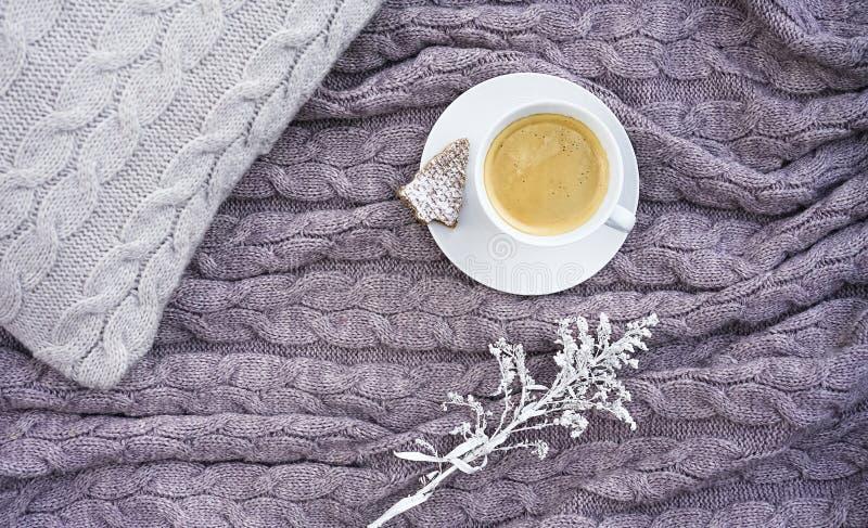 Taza blanca de café aromático caliente con la galleta bajo la forma de abeto fotografía de archivo libre de regalías