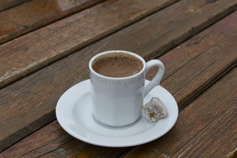 Taza blanca de café turco fotos de archivo