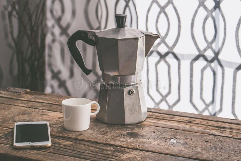 Taza blanca de café y de una máquina de aluminio del coffe fotos de archivo
