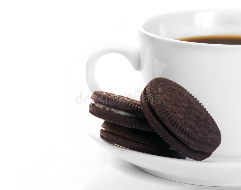 Taza blanca de galletas oscuras del café y del chocolate imagenes de archivo