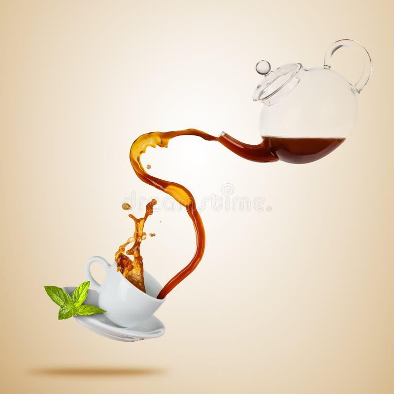 Taza blanca de Porcelaine con salpicar el té, separado en fondo marrón libre illustration