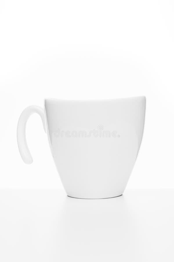 Taza blanca del recorte aislada en el fondo blanco, primer imagenes de archivo