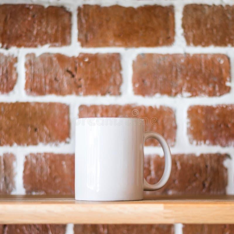 Taza blanca en fondo de la pared de ladrillo del vintage Estante de exhibición de madera para mostrar la taza de la bebida en con foto de archivo