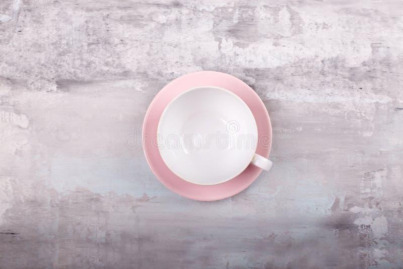 Taza blanca, limpia, vacía en un fondo gris Visión superior fotografía de archivo libre de regalías