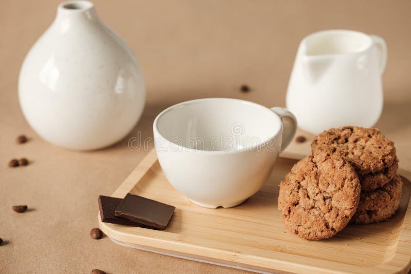Taza blanca y galletas americanas en una servilleta blanca fotografía de archivo libre de regalías