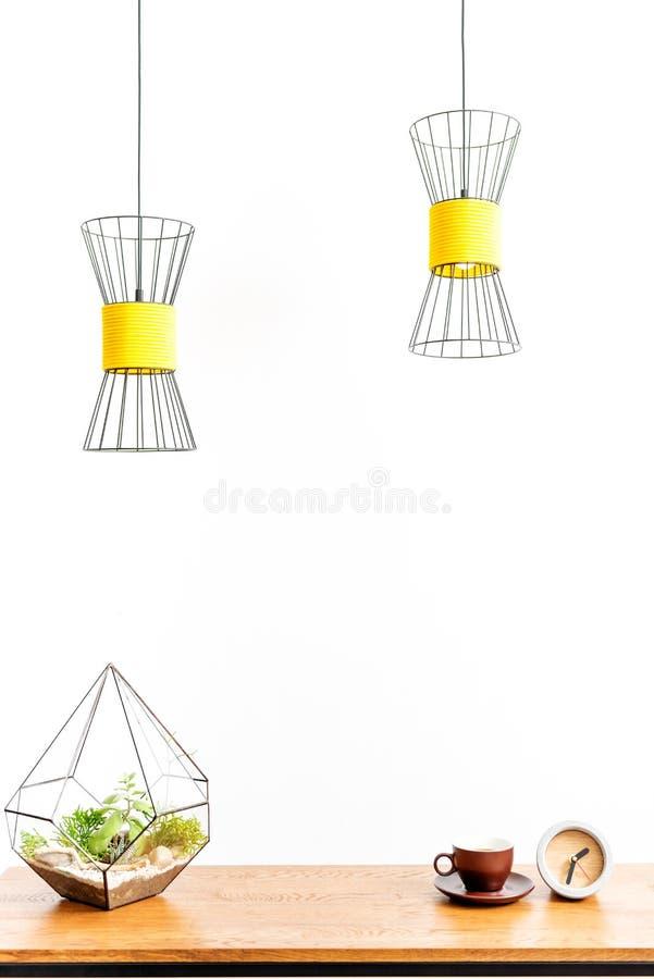 Taza caliente de la bebida con la planta en el escritorio ilustración del vector