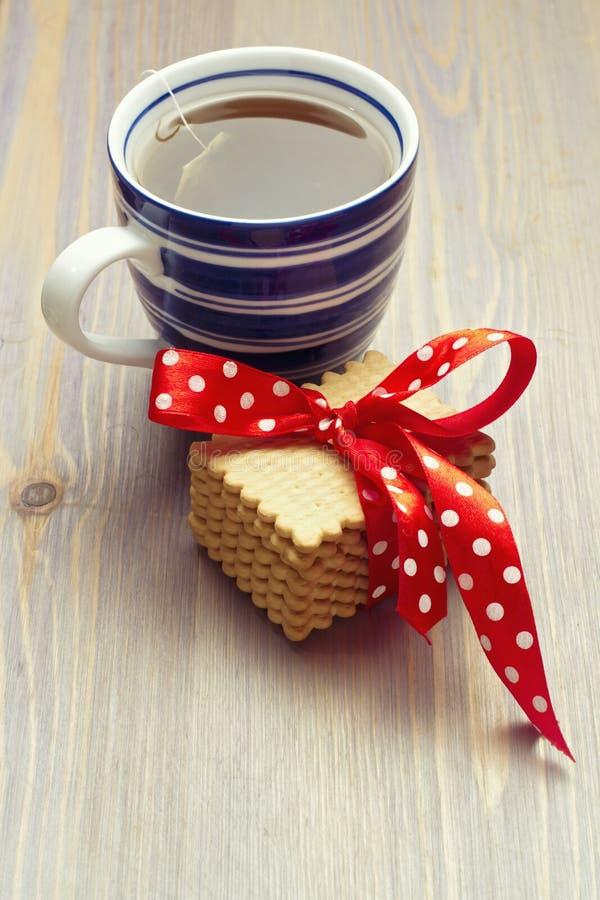 Taza caliente de té con las galletas fotografía de archivo libre de regalías