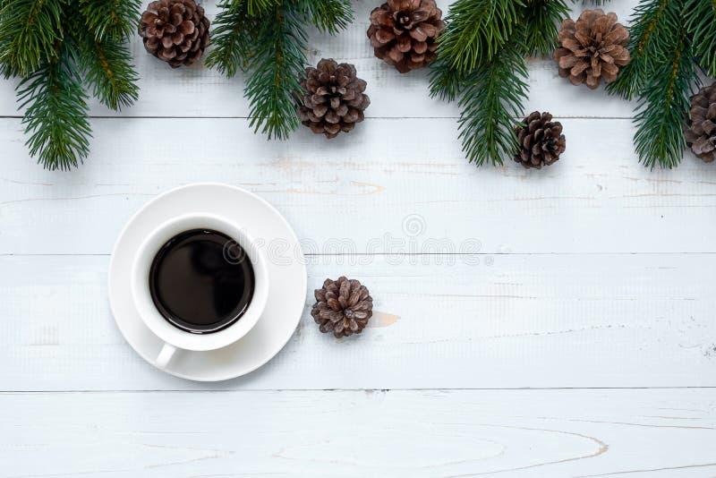 Taza caliente del café sólo con la decoración de la Navidad, la Feliz Año Nuevo y Navidad foto de archivo libre de regalías