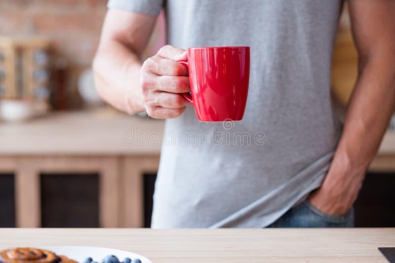 Taza caliente del hombre de la bebida del desayuno de la mañana tradicional imagenes de archivo