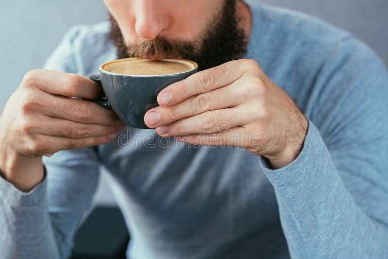 Taza caliente tradicional del capuchino del café de la bebida del hombre imagen de archivo