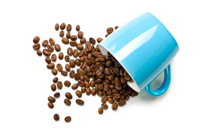 Taza colorida con los granos de café imagenes de archivo