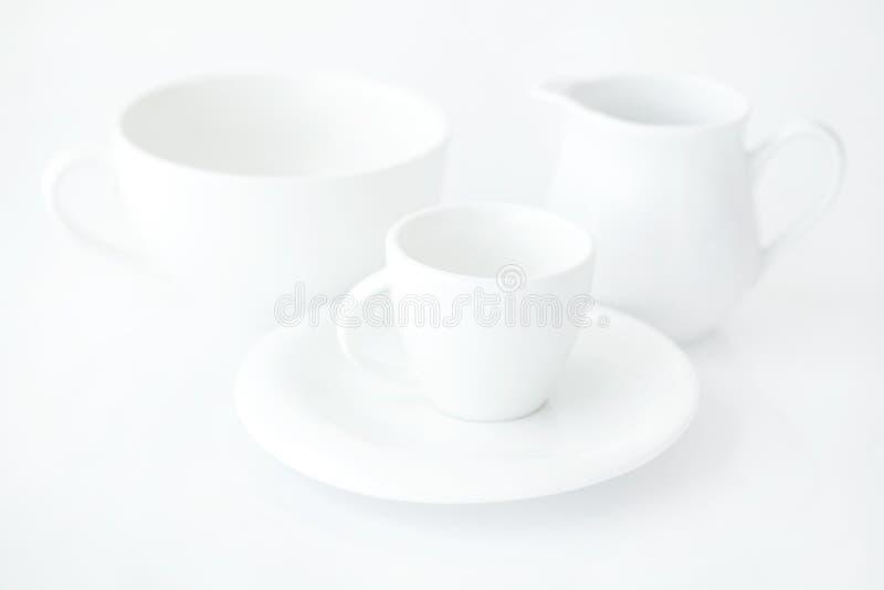 Taza con el jarro del platillo y de leche imágenes de archivo libres de regalías