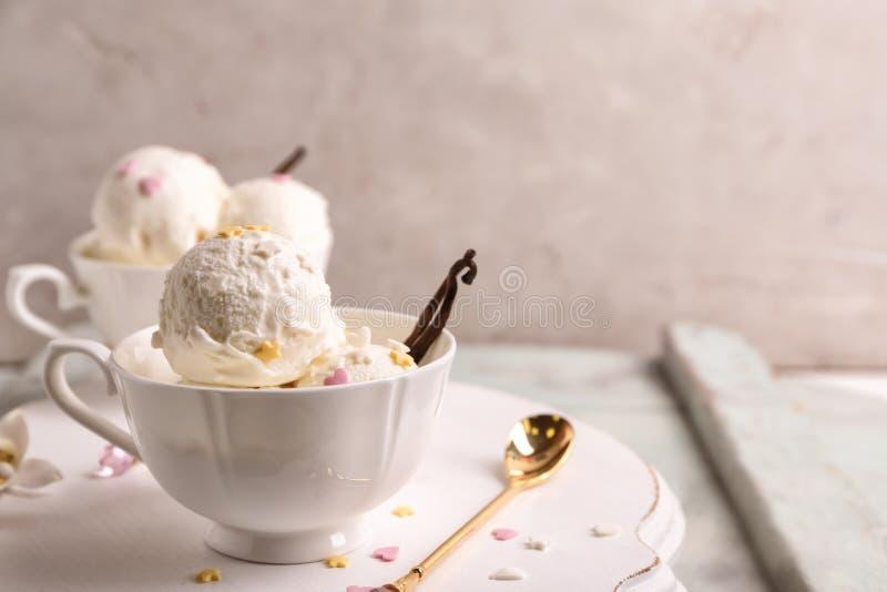 Taza con helado delicioso de vainilla imagen de archivo libre de regalías