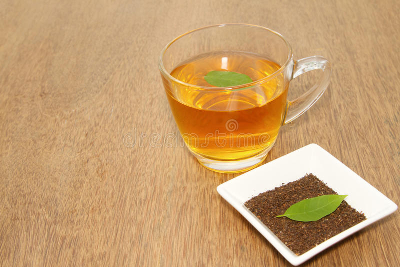 Taza con la hoja del té y del verde imagen de archivo libre de regalías