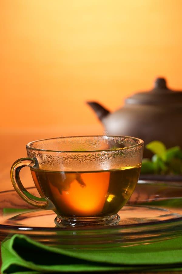 Taza con la tetera greean del té y de la arcilla fotos de archivo libres de regalías