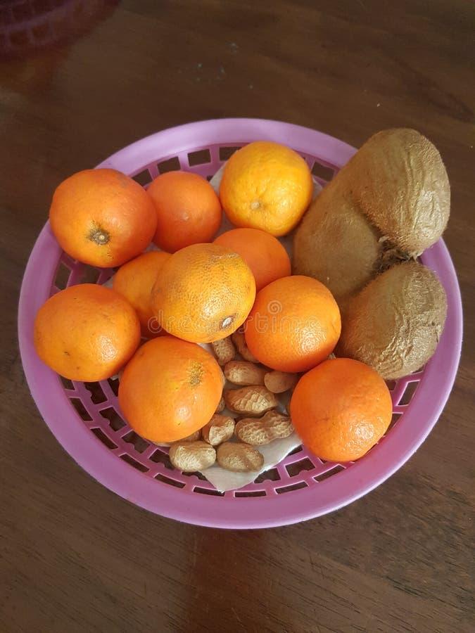 Taza con las frutas foto de archivo