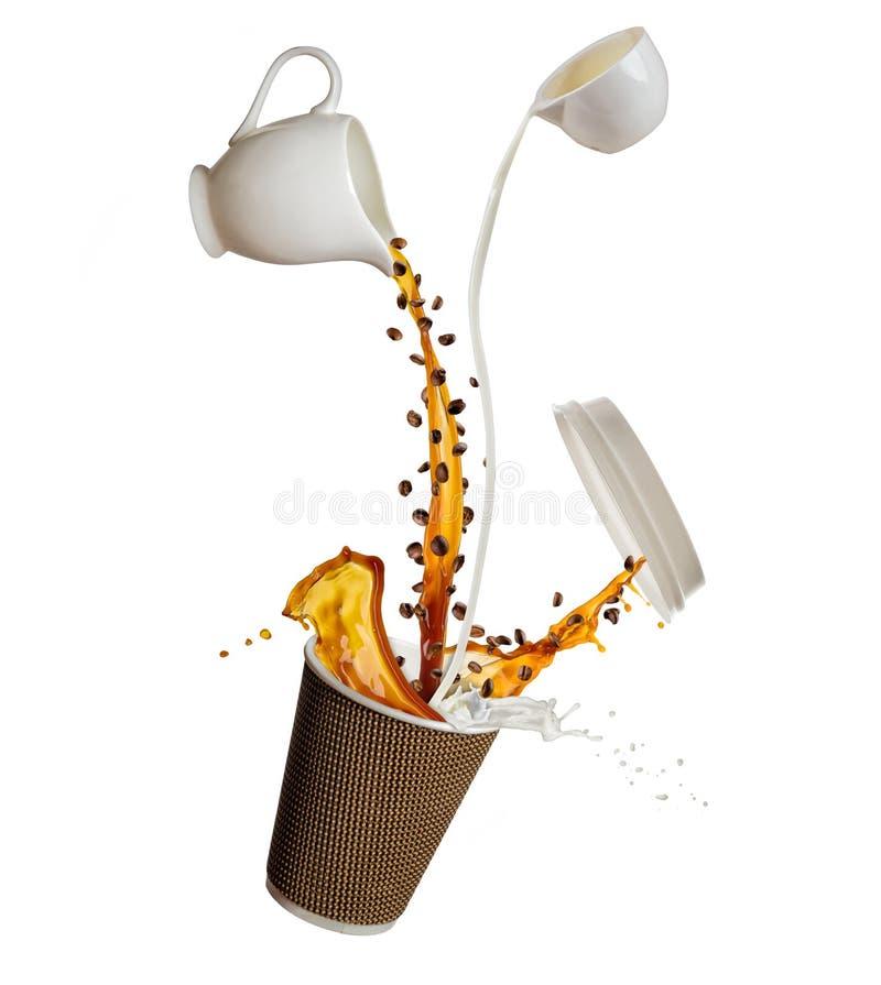 Taza con salpicar el líquido del café y de la leche aislado en el fondo blanco Llévese la bebida caliente imagen de archivo