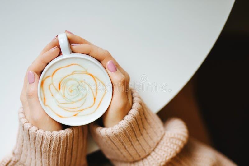 Taza con un café en las manos imagenes de archivo