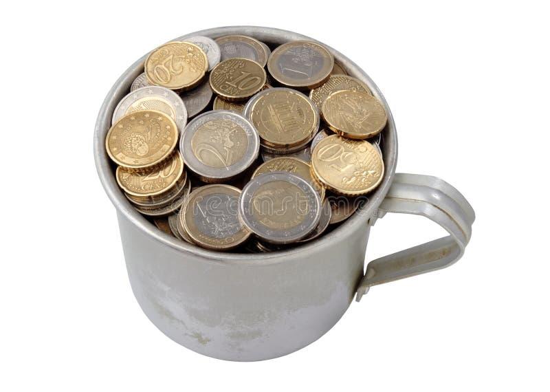 Taza de aluminio llenada de las monedas fotografía de archivo libre de regalías