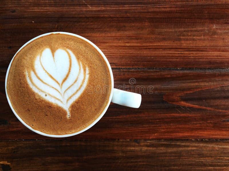 Taza de amor, café del arte del latte del corazón en la taza blanca en el vintage de madera fotos de archivo