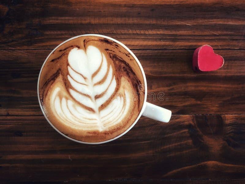 Taza de amor, café del arte del latte del corazón en la taza blanca y corazón rojo del amor imagen de archivo