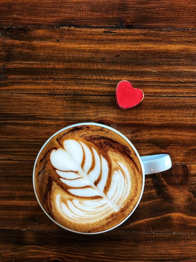 Taza de amor, café del arte del latte del corazón en la taza blanca y corazón rojo del amor foto de archivo