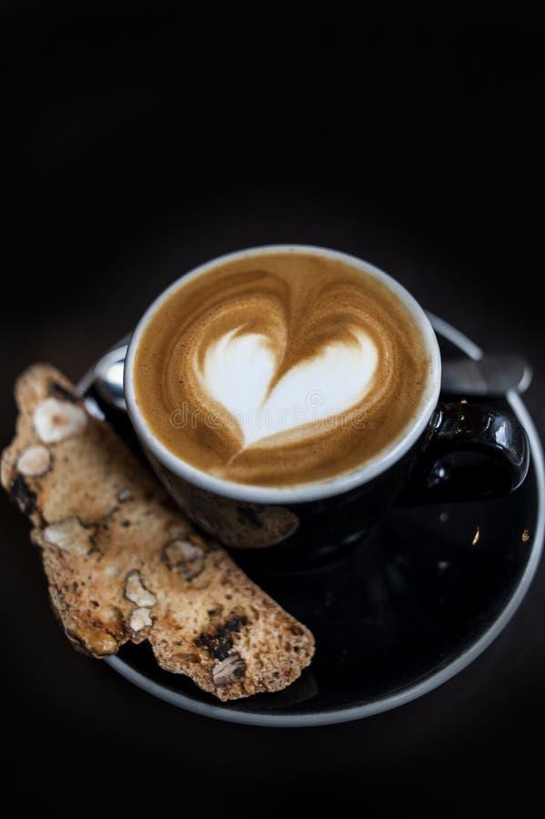 Taza de arte del latte en un café del macchiato del café express foto de archivo