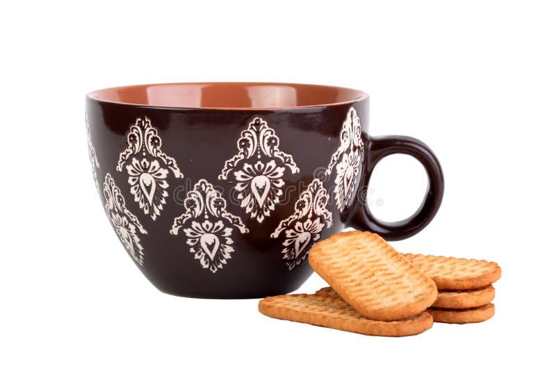 Taza de Brown con el modelo y un manojo de galletas fotografía de archivo