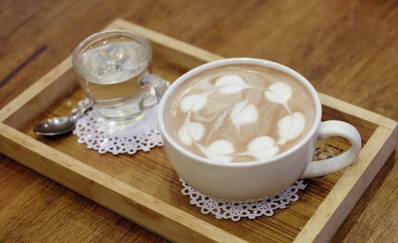 Taza de cacao caliente delicioso con espuma de la leche por la mañana fotos de archivo libres de regalías